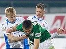 Jablonecký fotbalista Lukáš Třešňák (v zeleném) padá po souboji s ostravským...