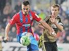 Stanislav Tecl (vlevo) z Plzně si zpracovává míč, brání ho znojemský Josef...