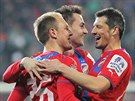 Plzeňští fotbalisté se radují z gólu.