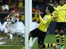 A JE TAM. Obránce Dortmundu Mats Hummels (uprostřed) střílí úvodní gól zápasu...