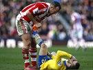 FAIR PLAY. Charlie Adam ze Stoke (vlevo) pomáhá zraněnému Jackovi Wilshereovi z...