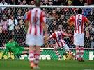 ARSENAL PROHRÁVÁ... Když Jonathan Walters, záložník Stoke City (uprostřed),...