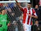 Bek Stoke City Jonathan Walters slaví trefu, která poslala jeho tým do vedení...