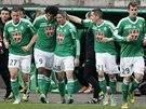 Hráči St. Etienne gratulují Fabienovi Lemoineovi (uprostřed) ke vstřelení...