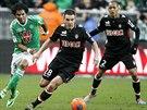 Jeremy Toulalan z Monaka (uprostřed) vede míč, dotírá na něj Brandao ze St....