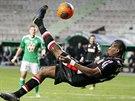 NŮŽKY. Geoffrey Kondogbia z Monaka pálí z akrobatické pozice na branku St....