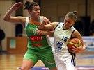 POSTRKOVANÁ. Karlovarská Irena Vranič (vpravo) drží urputně míč, ten jí ale...