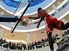 Takhle smečuje Christian Eyenga. Někdejší hráč NBA se probojoval do finále