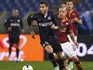 Radja Nainggolan z AS Řím (vpravo) a Gabriel Alvarez z Interu Milán v souboji o...