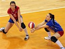 Volejbalistky Olympu Eva Hodanová (vlevo) a Veronika Dostálová přihrávají...