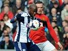 Youssuf Mulumbu z West Bromwiche si hlídá balón před dotírajícím útočníkem...
