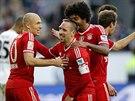 Spoluhráči gratulují záložníkovi Bayernu Mnichov Francku Ribérymu (uprostřed)...