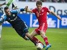 POŠLU HO KOLEM TEBE DO SÍTĚ. Thomas Müller z Bayernu Mnichov překonává gólmana...