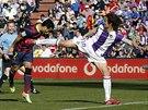 DLOUHÉ NOHY. Alvaro Rubio z Valladolidu (vpravo) bojuje o míč s Pedrem...