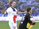 MÁM! Brankář týmu Bastia Jean-Louis Leca (vpravo) chytil balón do rukavic před...
