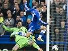 POD KONTROLOU. Eden Hazard z Chelsea (vpravo) kontroluje balón před...