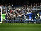 NEDAL... Eden Hazard z Chelsea (vpravo) ani z této šance, kdy měl před sebou...