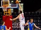 Momentka z basketbalového duelu mezi Pardubicemi (bílá) a Opavou