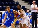 Momentka z basketbalov�ho duelu mezi Pardubicemi (b�l�) a Opavou