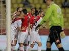 Hráči Monaka gratulují Dimitarovi Berbatovovi (vlevo) ke vstřelení gólu do sítě...