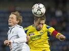 Zlínský bek David Hubáček (vpravo) se snaží dostat míč do bezpečí před Radimem...