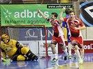 Florbalisté Brna se radují z gólu do sítě Vítkovic.