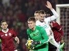 MÁM! Gólman Sparty Tomáš Vaclík (v zeleném) kryje míč před dorážejícím Radimem...