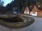 Úzká silnice, která vede z Nových hradů do osady Roudná, končí nedaleko
