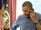 Prezident USA Barack Obama v Ov�ln� pracovn� B�l�ho domu telefonuje s rusk�m...