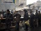 Lid� �ekaj� frotnu na pol�vku na n�m�st� Nez�vislosti v centru Kyjeva. (2....