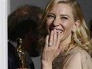 Rozesmátá Cate Blanchettová opouští zákulisní press room se svým Oscarem,...