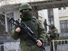 Ozbrojenci hlídají krymský parlament v Simferopolu (1. března 2014).