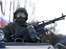 Ruský voják v Perevalném nedaleko hlavního města Krymu Simferopolu (3. března...