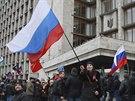 Proruští demonstranti před radnicí v Doněcku (2. března 2014).