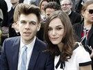 Keira Knightley a její manžel James Righton na přehlídce Chanel (Paříž, 4....