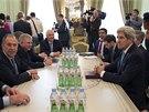 Poprvé od vyhrocení ukrajinské krize se setkali ministři zahraničí Ruska Sergej Lavrov (vlevo) a USA John Kerry (vpravo). Šéfové diplomacie jednali ve středu v pařížském Elysejském paláci (5. 3. 2014).