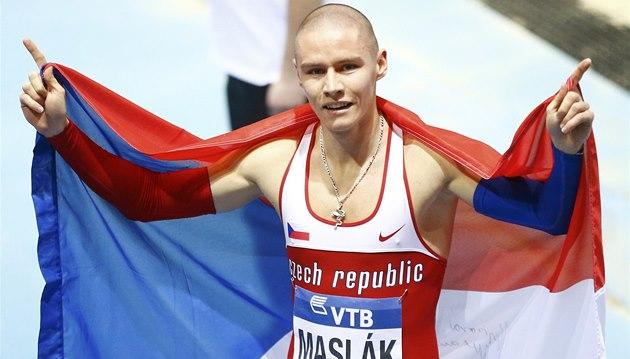 CHVÍLE SLÁVY. Pavel Maslák po vít�zství v závodu na 400 metr� na HMS v