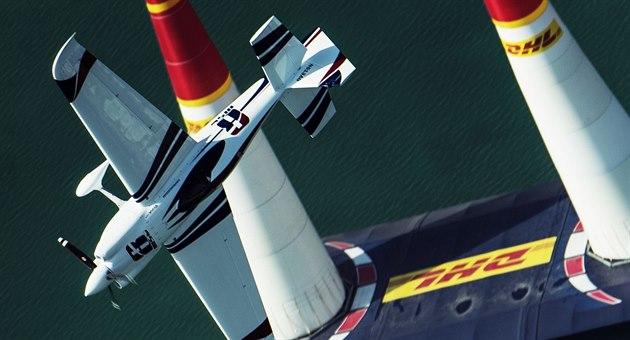 Martin �onka v závod� Red Bull Air Race v Abú Zabí