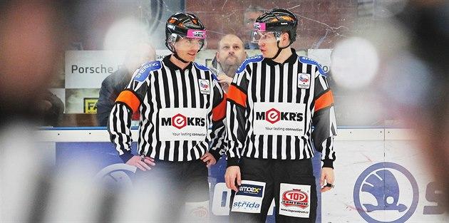 Hokejoví rozhod�í Pe�ina (vlevo) a �ír b�hem utkání Plze� - Zlín.
