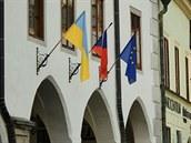 Na budov� �eskokrumlovské radnice na nám�stí Svornosti visí od úterý ukrajinská...