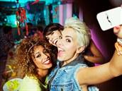 Autoportr�ty mobilem jsou dnes velmi popul�rn�. Z angli�tiny se jim ��k� selfie.