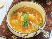 Mandarinková kuřecí polévka s pistáciemi a mátou