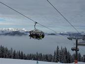 MEZI MLHOU A MRAKY. Alpské panorama se vynořilo nad sjezdovkami ve Flachau.