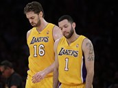 Basketbalisté Los Angeles Lakers (vlevo Pau Gasol, vpravo Jordan Farmar) se...