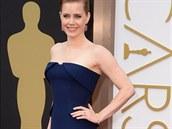 Herečka Amy Adamsová v modrých šatech Gucci s vlečkou