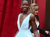 Here�ka Lupita Nyong'o ve sv�tle modr� r�b� s plisovanou sukn� zna�ky Prada.