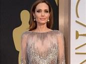 Angelina Jolie ve zlatem vyšívané róbě z poslední haute couture kolekce libanonského návrháře Elieho Saaba