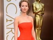 Herečka Jennifer Lawrence v rudé róbě zn. Dior