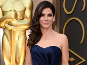Sandra Bullocková v tmavě modrých šatech s vlečkou zn. Alexander McQueen