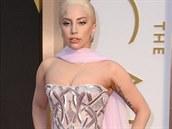 Lady Gaga ve světle růžové róbě z haute couture kolekce Atelier Versace